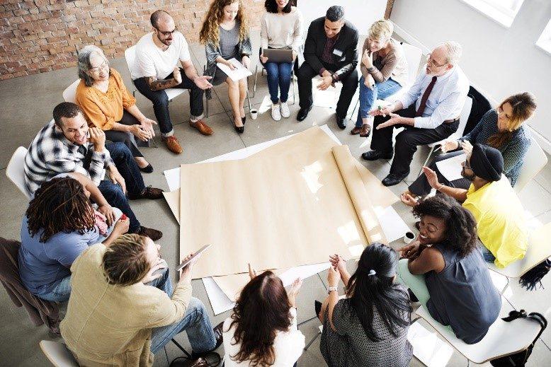 Mediation in Organizations Gruppe von Menschen während einer Mediation - Bild auf Steinbeis-mediation.com