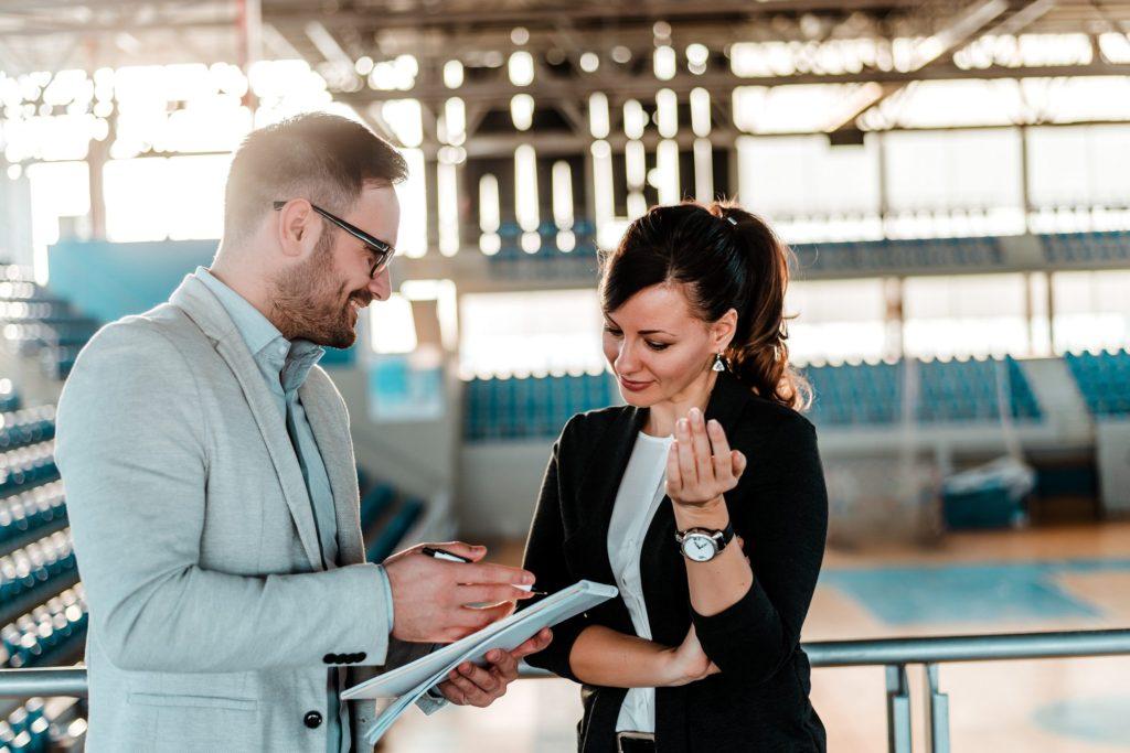 Gespräch zweier Menschen, Bild auf Steinbeis-Mediation.com – Mediation, Wirtchaftsmediation, Organisationsmediation, Beratung, Coaching